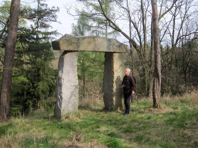 památník je na opuštěném místě, kde Leo Goldschmidt rád sedával