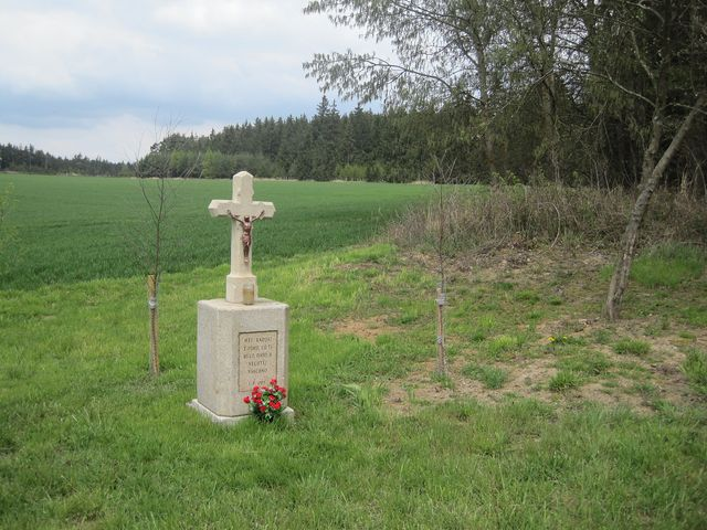 kříž u lesa
