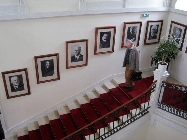 schodiště zdobí portréty předsedů Senátu