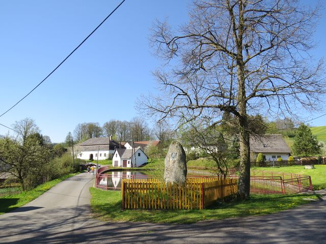 náves v Javorku s památníkem Jana Husa (autor Julius Pelikán)