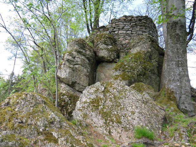 hrad Štarkov - zbytky okrouhlé věže