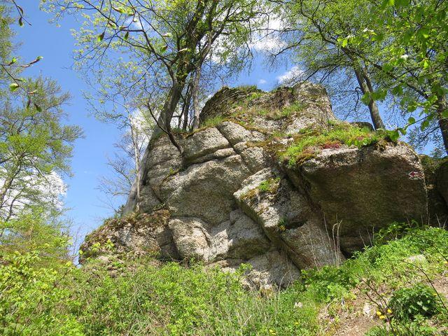 hrad Štarkov byl vystavěn na skalisku 679 metrů vysokém