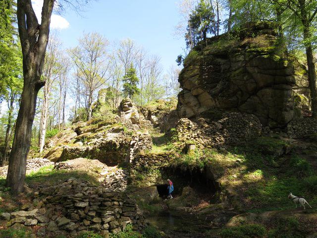 vnitřní prostory hradu jsou značně rozlehlé a členité