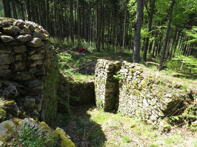 zachovaly se zřícené hradní zdi a nádvoří
