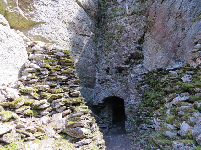 mohutné balvany tvoří základy a části zdí