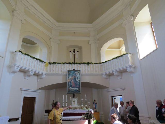 Vladimír Netolička upozorňuje na slohové prvky interiéru kaple sv. Floriána
