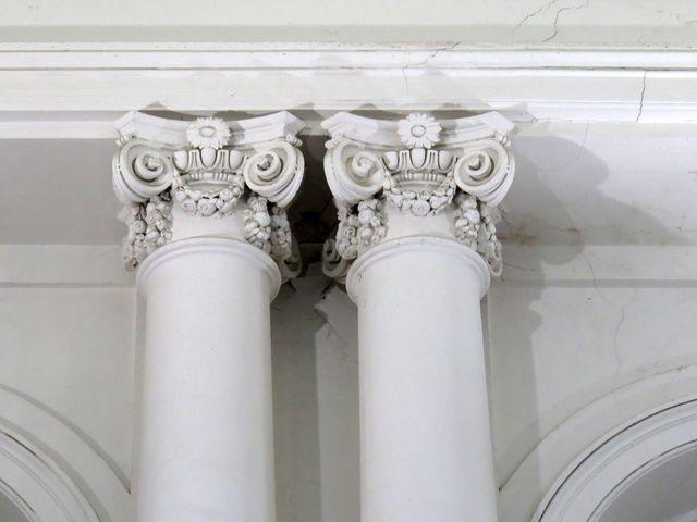 detail hlavic sloupů