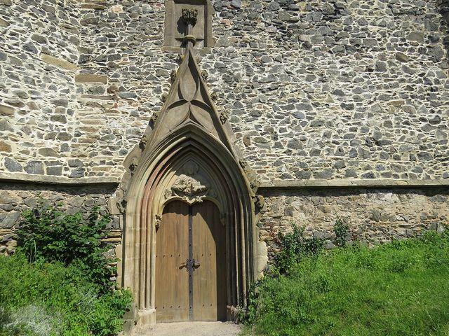 vstupní dveře kláštera Rosa coeli