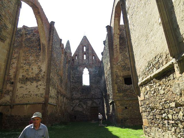 z konventního kostela Panny Marie je dochované pouze obvodové zdivo