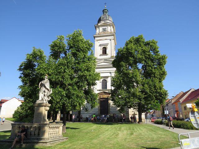 farní kostel sv. Petra a Pavla na Masarykově náměstí v Dolních Kounicích byl vysvěcen na konci 19. století