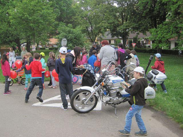 policejní motorky vzbuzovaly stejný zájem jako koloběžky, na kterých se na rozdíl od motorek dalo jezdit po celém hřišti