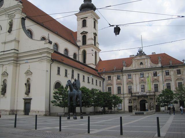socha markraběte Jošta Lucemburského na Moravském náměstí v Brně má název Odvaha; www.svatosi.cz