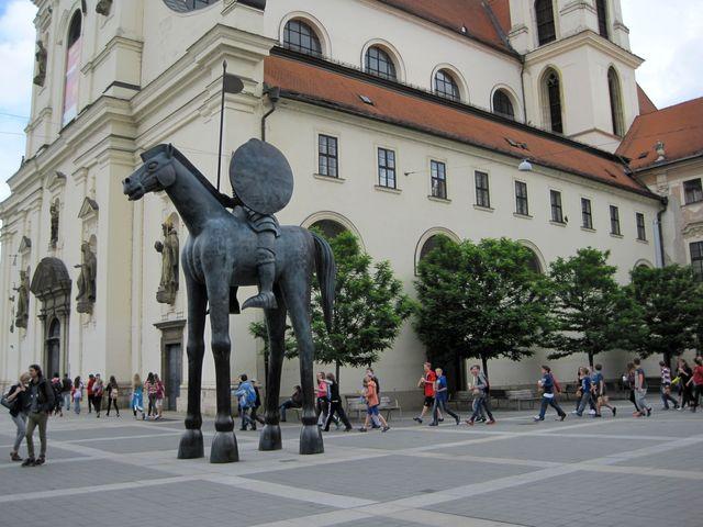 socha autora Jaroslava Róny byla instalovaná na podzim roku 2015
