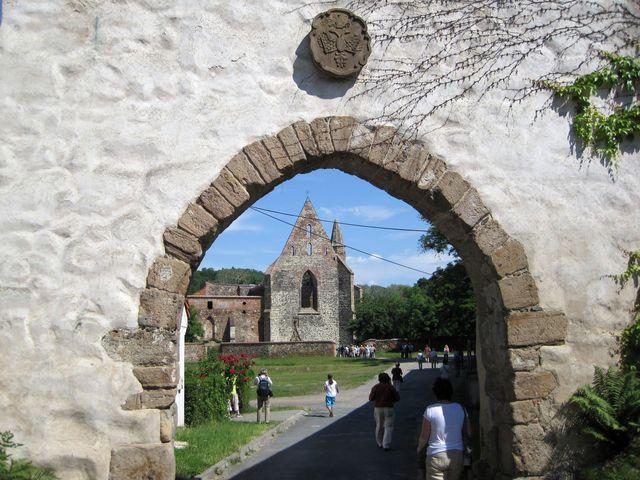 kamenný znak nad vstupní bránou do areálu kláštera v Dolních Kounicích