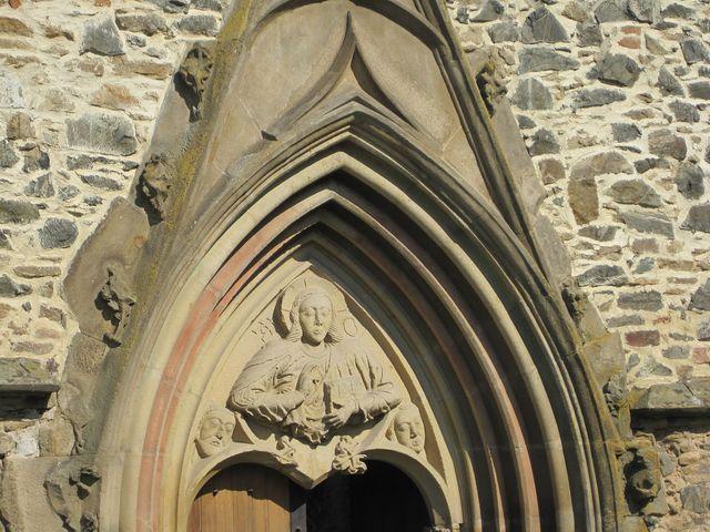 žehnající Kristus nad vchodem do kláštera drží v levé ruce knihu života