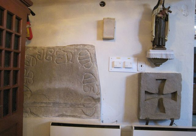 kumánský kámen a templářský kříž v kostele sv. Petra a Pavla