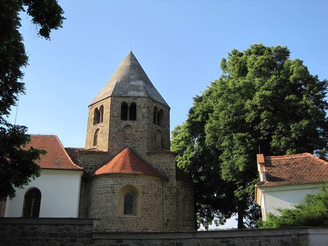osmiboká věž s jehlanovitou střechou, vpravo barokní márnice; www.svatosi.cz