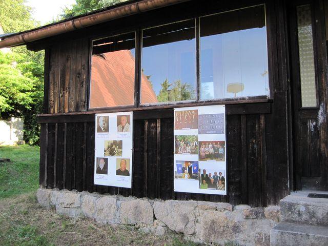na dvou panelech viděli návštěvníci fotografie předsedů odboru a členy výborů z jednotlivých období existence