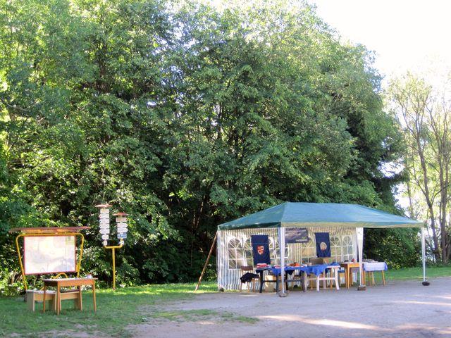 cíl hvězdicového pochodu je na plošině před turistickými chatami na Čeřínku