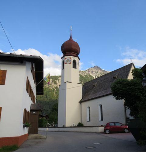 Pleisspitze s věží kostela ve Stanzachu