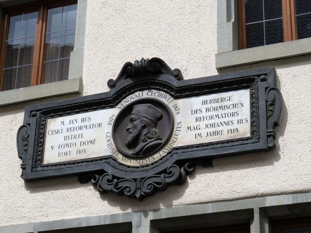 pamětní deska na Husově domě