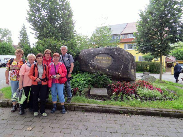 poutníci z Čech na památném místě v Kostnici