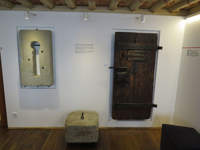 okénko, dveře a kámen, údajně z Husova vězení v klášteře dominikánů v Kostnici; byly vystavovány od počátku 19. století