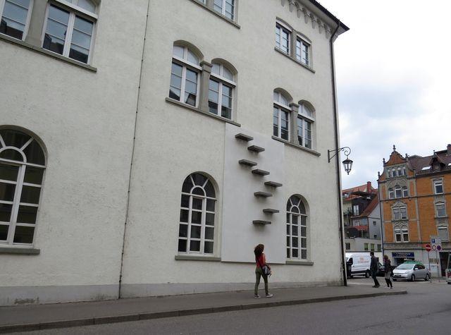 na fasádě domu je neobvyklý reliéf