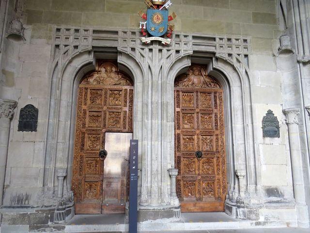 dveřmi v dubových vratech z roku 1460 se vstupuje do katedrály Matky Boží