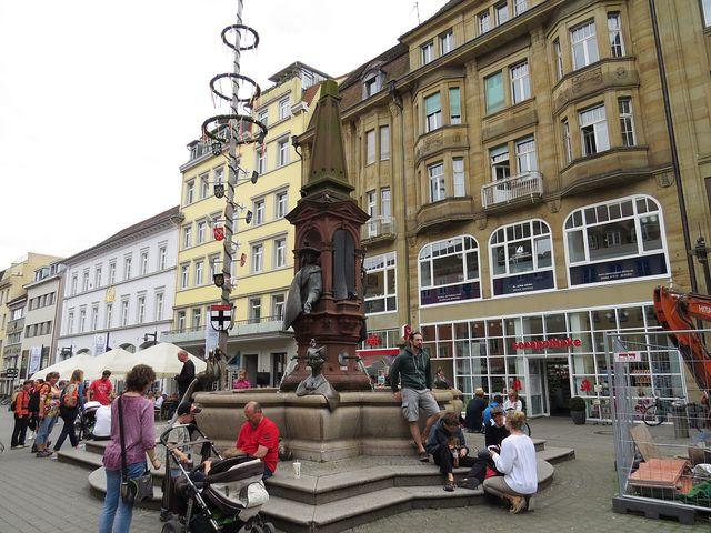 Staré město - Císařská kašna na náměstí Marktstätte; www.svatosi.cz