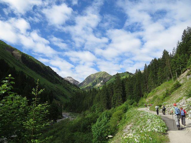 stoupali jsme líbezným údolím k horské vesnici