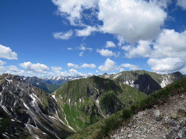 jedinečné výhledy ze strmé stezky k vrcholu