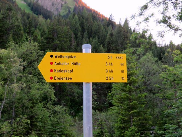 směrovník v Namlosu oznamuje, že na Wetterspitze je obtížný výstup - proto černá barva