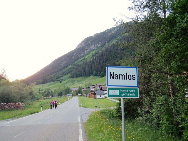 Namlos má necelou stovku obyvatel, do Stanzachu je odtud asi 10 km