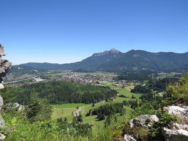 město Reutte v údolí pod hradem Ehrenberg