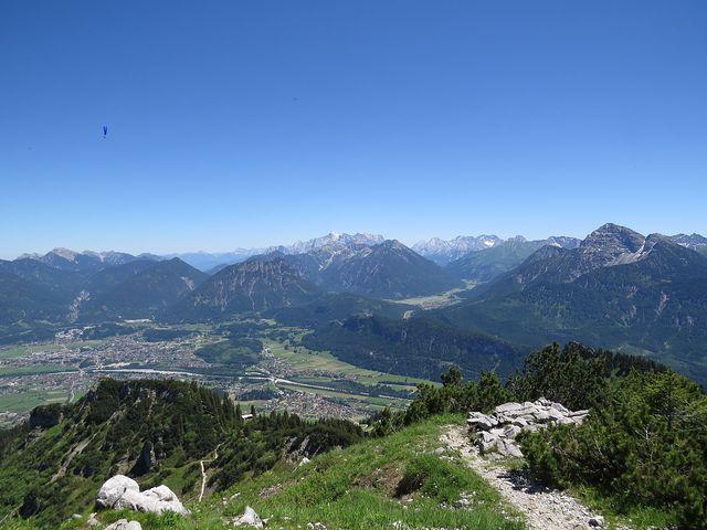 pohled na Reutte, bílá hora v pozadí je Zugspitze