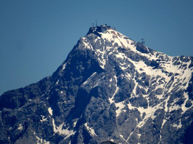 vrchol Zugspitze a trasa výstupové cesty viděná z opačné strany nežli loni