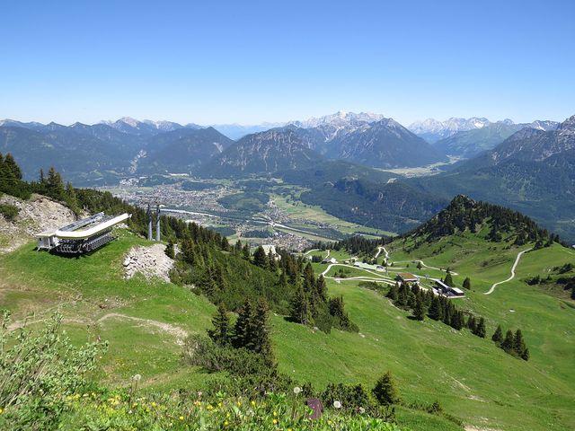 výhled z Hahnenkammu na Reutte a Zugspitze
