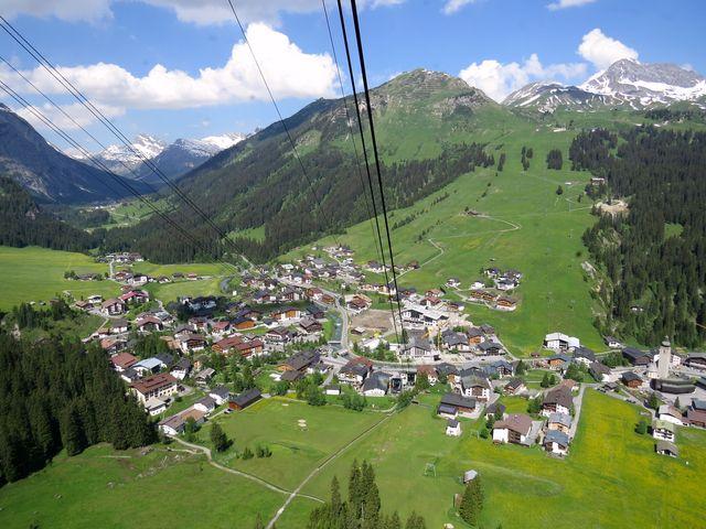 městečko Lech z lanovky na Rüfikopf