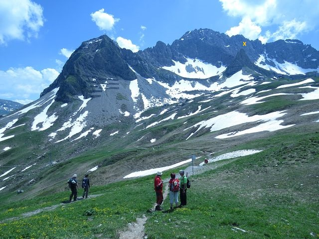 vlevo Karhorn (2 416 m), vpravo Warther Horn (2 256 m) - označen žlutým X