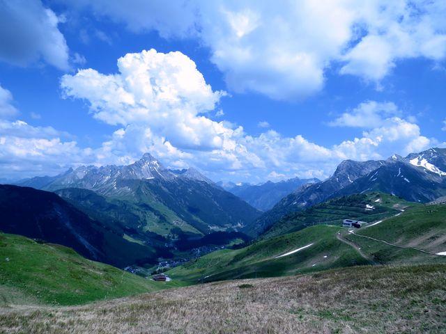 vrcholkem majestátní hory Biberkopf (2 599 m) nad Warthem prochází hranice mezi Rakouskem a Německem