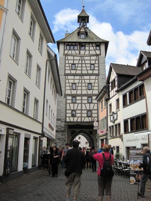 Husova ulice se středověkou věží a branou Schnetztor