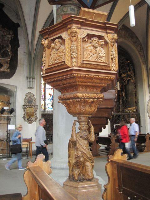 kazatelna v katedrále Matky Boží je výjimečným uměleckým dílem