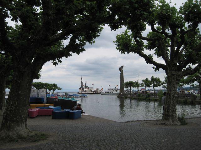 pohled do přístavu - vzadu socha Impérie, v popředí Zeppelinův sloup