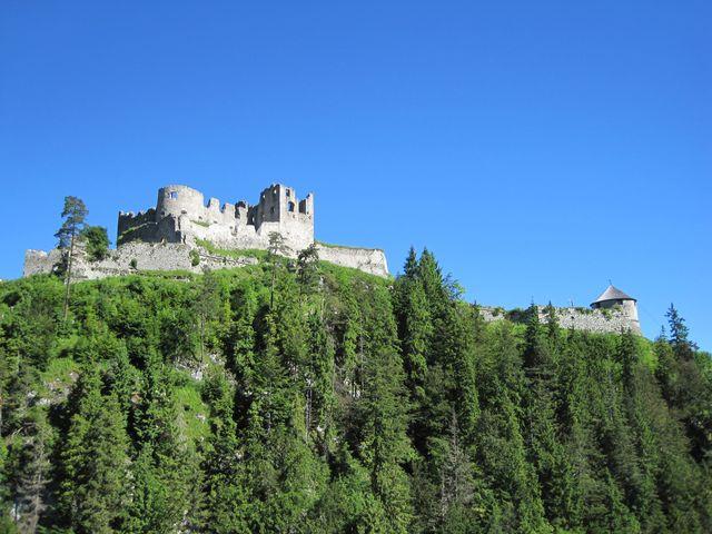 hrad Ehrenberg při pohledu ze závěsného mostu