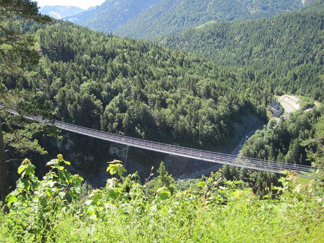 výhled z hradu na silnici B179, která dala mostu jméno