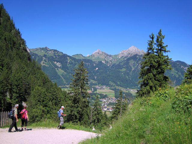odcházíme z hradního vršku do údolí ke tvrzi Klause