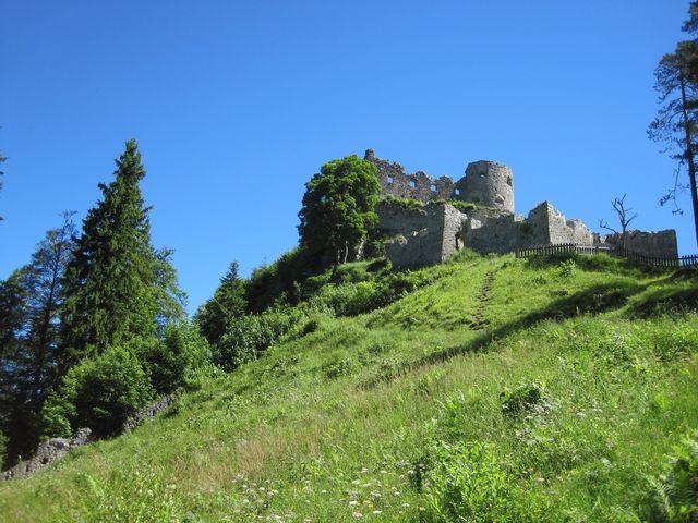 vystoupili jsme k zřícenině hradu Ehrenberg, poblíž je vstup na most