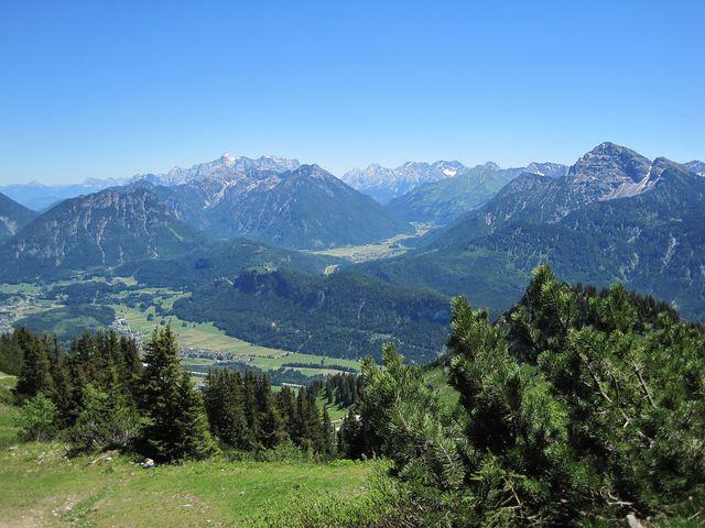 v pozadí věnec hraničních hor - sníh na Zugspitze září ve slunci