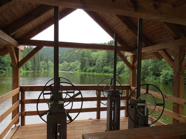 vodní nádrž je součástí Lesnického skanzenu ve Vydrovské dolině